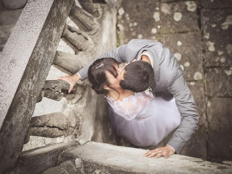 Fotografija mladenaca sa venčanja (kadar odozgo)